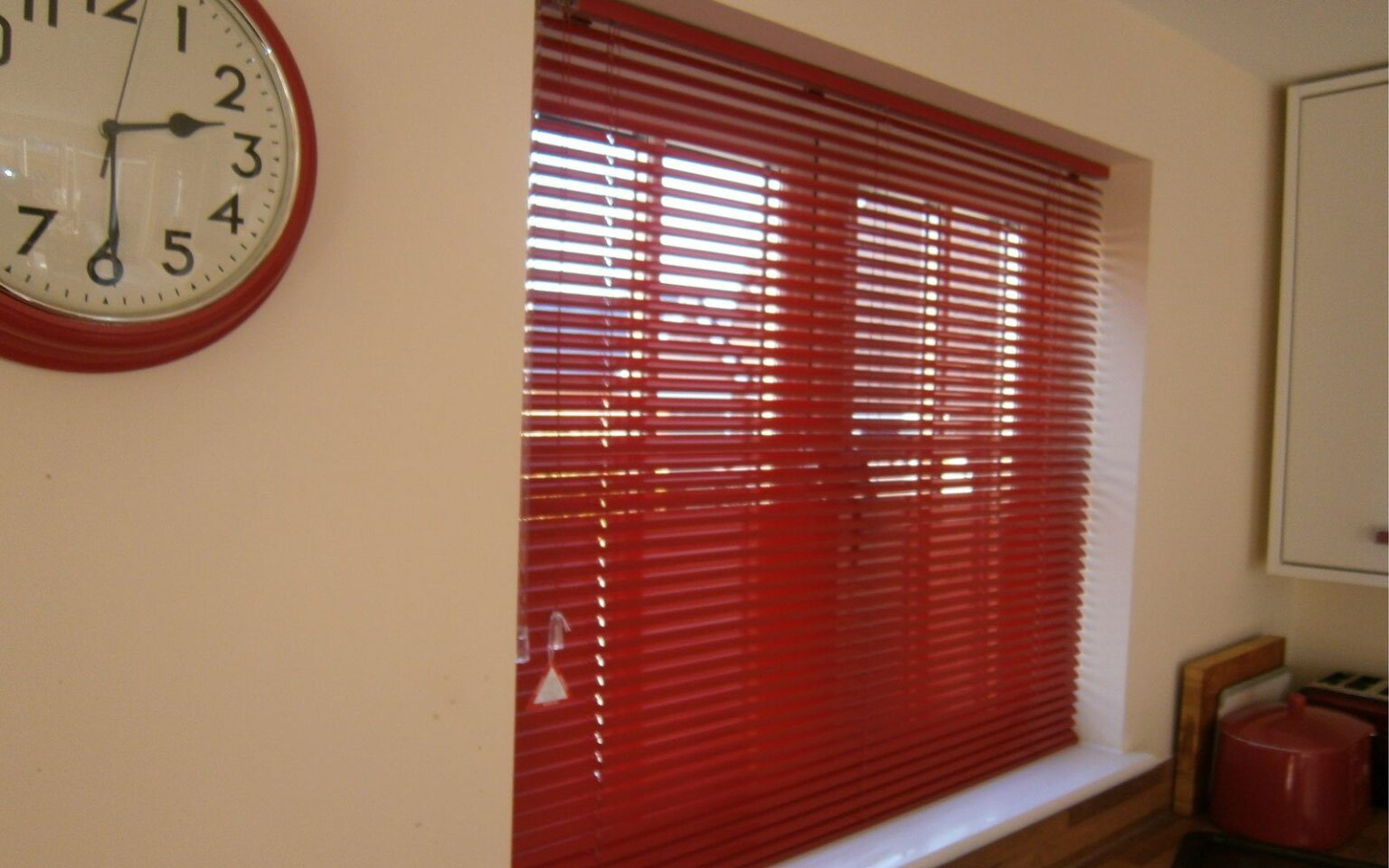 Red-Aluminium-Venetian-Blind-Kitchen