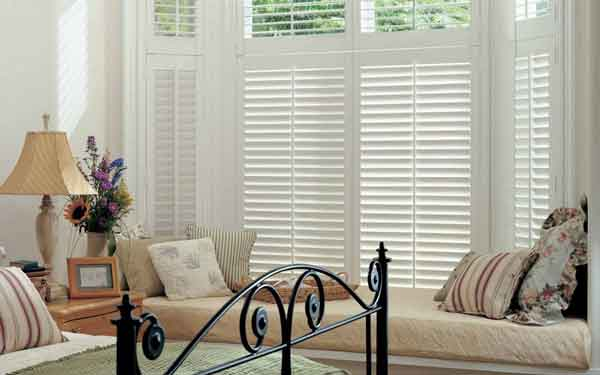 Bay Window Centre Tilt Rod Plantation Shutter