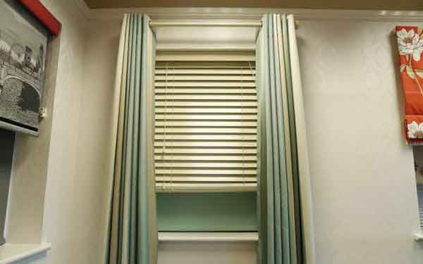 Wood Venetian Roller Blind Curtain Showroom